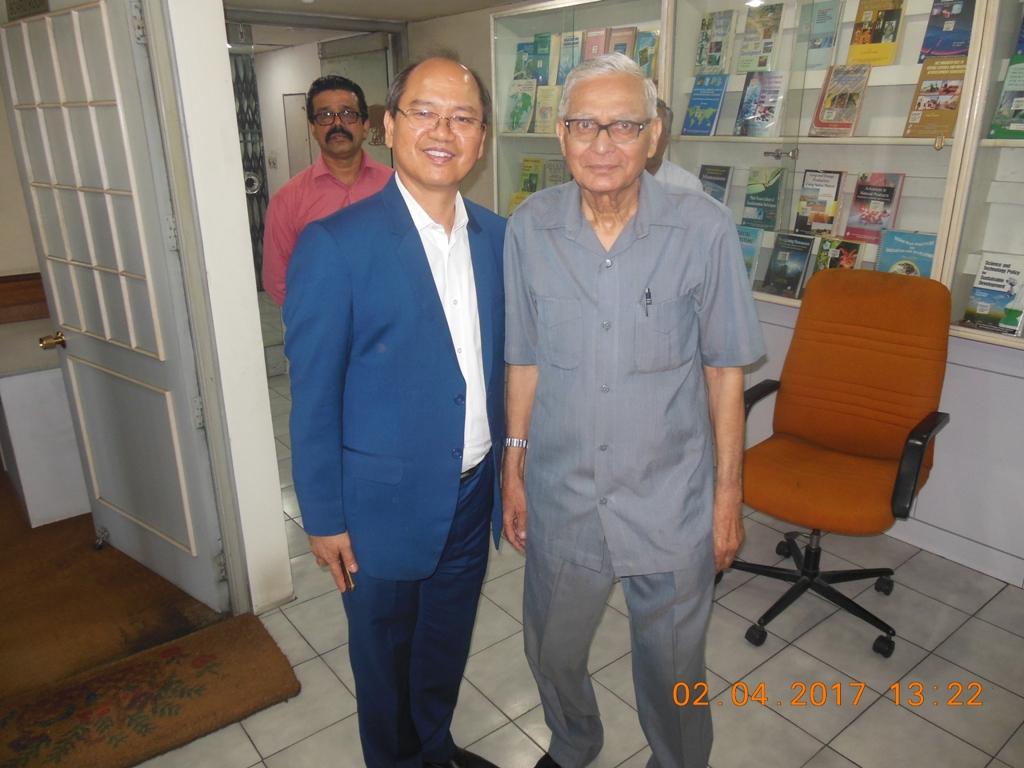 Malaysia 17.04.02 Hon. Datuk Seri Panglima WM Tangau, Minister MOSTI with DG NAM Centre.JPG